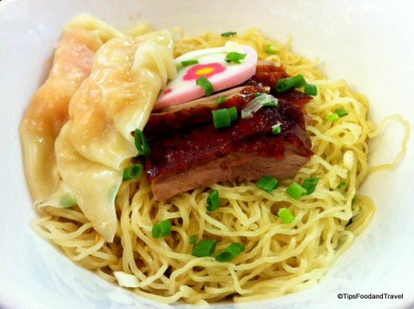 Yellow egg noodle with grilled duck and shrimp wanton (Bamee Kiew goong Ped yang/บะหมี่แห้งเกี๊ยวกุ้งเป็ดย่าง)